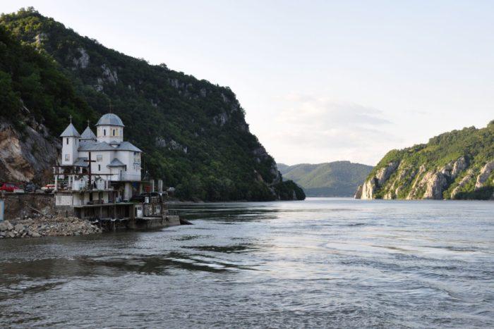 Les portes de fer et  l'église orthodoxe de