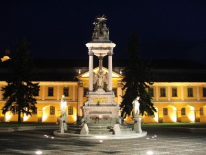 Esztergom.city.hall.and.holy.trinity.statue