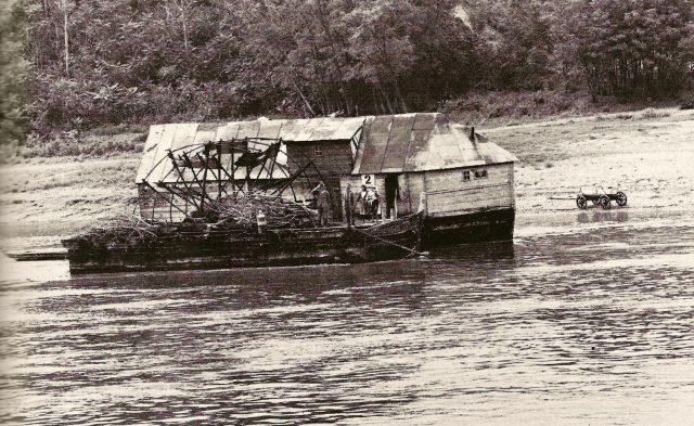 Bateau-moulin sur le Danube hongrois