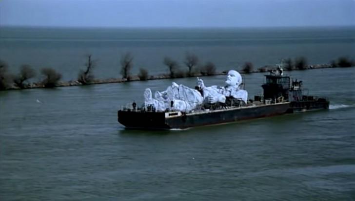 La statue de Lénine, gigantesque et déboulonnée, descendant le Danube sur une barge.